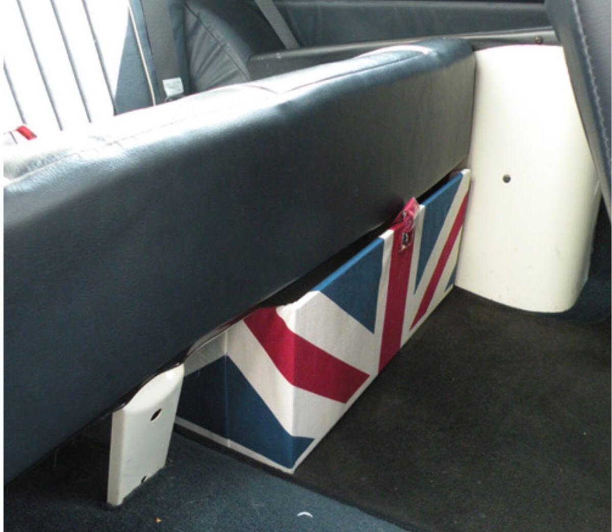 後部座席下の収納