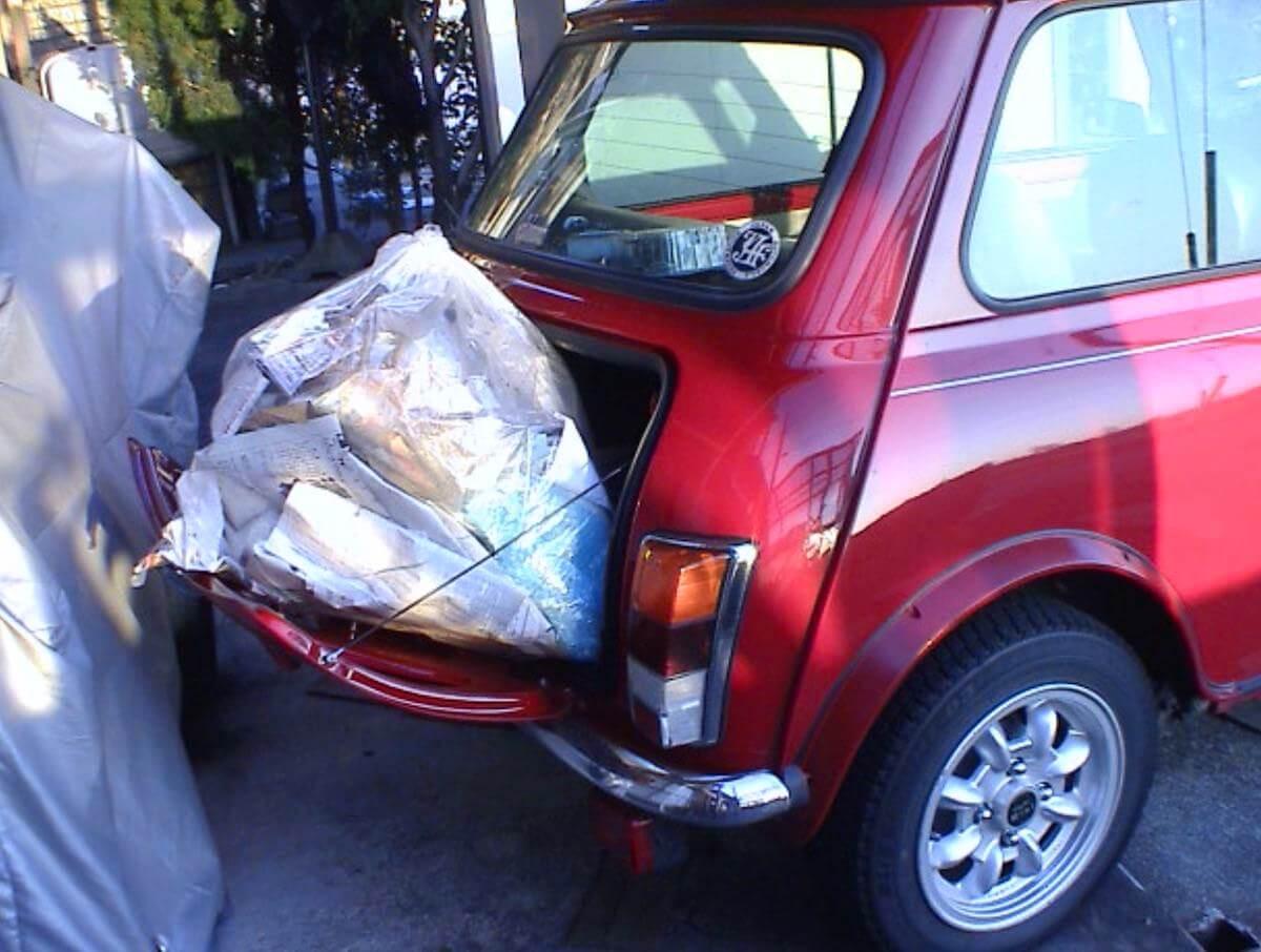 ローバーミニのトランクにゴミ